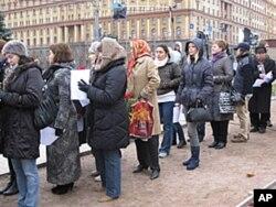 人们排队等待宣读姓名
