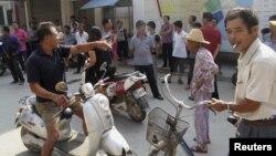 Dân làng tụ tập bên ngoài trụ sở Đảng Cộng sản ở Ô Khảm để phản đối nạn chiếm đất và tham nhũng.