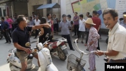 2012年9月舞坎村村民到党支部所在地示威抗议