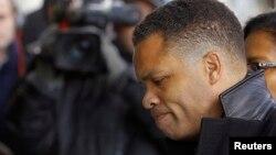 El excongresista Jesse Jackson Jr.entra a una corte de Washington.