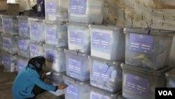Petugas pemilu menandai kotak-kotak suara yang selesai dihitung di Kabul, Afghanistan.