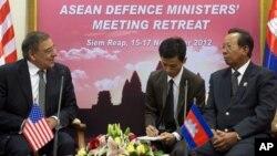 16일 캄보디아 시엠립 주에서 테아 반 캄보디아 부총리 겸 국방장관(오른쪽)과 면담한 리언 파네타 미국 국방장관(왼쪽).
