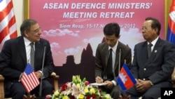 Bộ trưởng Quốc phòng Hoa Kỳ Leon Panetta (trái) hội đàm với Bộ trưởng Quốc phòng Campuchea Tea Banh (phải) tại Siem Reap, Campuchea, 16/11/12