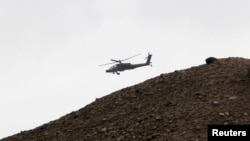 Sebuah helikopter Apache AS terbang di Pachir Agam, provinsi Nangarhar (foto: dok).