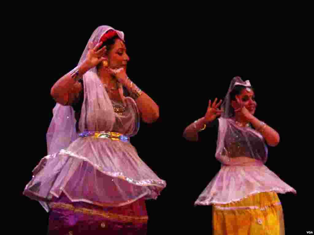 رقص کے عالمی دن کے موقع پر تقریب میں دو خواتین رقص پیش کر رہی ہیں