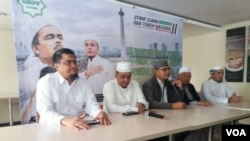 Ketua Umum GNPF Ulama Yusuf Muhammad Martak (kedua dari kiri) dalam konferensi pers di Jakarta, 13 September 2018. (Foto: Fathiyah Wardah/VOA)