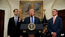 صدر ٹرمپ ری پیلیکنز سینیٹرز ٹام کاٹن اور ڈیوڈ پیرڈو کے ساتھ امیگریشن کے موضوع پر وہائٹ ہاؤس میں گفتگو کر رہے ہیں۔ 2 اگست 2017