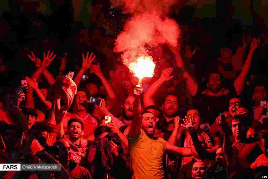 خوشحالی هواداران پرسپولیس بعد از شکست الوحده امارات. پرسپولیس به دور دوم قهرمانی باشگاههای آسیا رفت. عکس: امید وهاب زاده