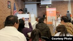 Warga Negara Indonesia di AS antri untuk memberikan suara di Chicago.
