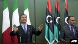 İtalya Dışişleri Bakanı Franco Frattini Bingazi'de düzenlediği basın toplantısında