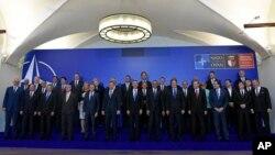 Para pemimpin negara-negara anggota NATO berpose bersama di Warsawa, Polandia (8/7).