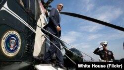 Tổng thống Hoa Kỳ Barack Obama rời khỏi phản lực chuyên cơ.