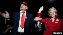"""Hai ủng hộ viên của bà Clinton, một người ăn mặc giống ứng viên đảng Cộng hòa Donald Trump và người khác thì giả làm cựu đệ nhất phu nhân Mỹ, trong đêm """"Siêu thứ Ba"""" ở Miami, Florida, hôm 1/3."""