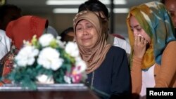Các thành viên khác trong gia đình một hành khách xấu số trên chuyến bay Airasia QZ8501 khóc khi nhận hài cốt tại Bệnh viện Bhayankara ở Surabaya., 01 tháng 1 năm 2015.