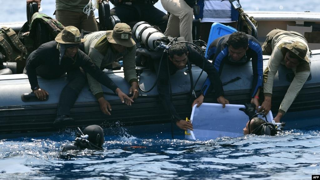 Người nhái hải quân Indonesia vớt hộp đen của máy bay Lion Air gặp nạn, 1/1/2018