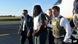 Agentes del FBI escoltan al sospechoso Jesse Matthew tras ser detenido en Texas por la desaparición de Hannah Graham.