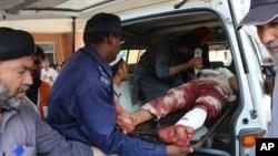 Thiện nguyện viên Pakistan đưa người bị thương đến bệnh viện ở Peshawar, Pakistan, ngày 2/9/2016.