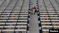 Un empleado de Amazon recoge órdenes en un centro de acopio de la empresa Amazon, en Rugeley, Inglaterra.