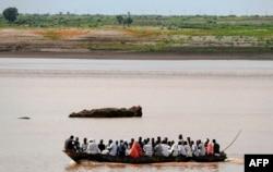 Sebuah perahu berlayar di sepanjang sungai Setit yang berbatasan dengan Ethiopia, di Wad al-Hiliou, sebuah desa di negara bagian Kassala, Sudan timur, 11 Agustus 2021. (AFP)