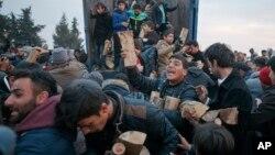 2016年3月6日希腊北部边境: 移民抢劫捐赠柴火的卡车