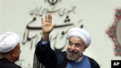 이란의 하산 로하니 신임 대통령이 4일 이란 의회에서 취임선서를 마친 뒤 손을 흔들고 있다.