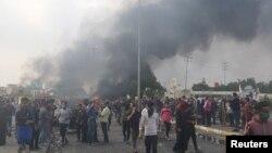 Nasıriye'de göstericilerin lastikler yaktıkları ve bir polis merkezini kuşattıkları haber veriliyor.