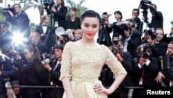 Actress Fan Bingbing poses on the red carpet as she arrives for the screening of the film 'Jeune & Jolie' (Young & Beautiful) in competition during the 66th Cannes Film Festival in Cannes May 16, 2013. REUTERS/Eric Gaillard (FRANCE - Tag