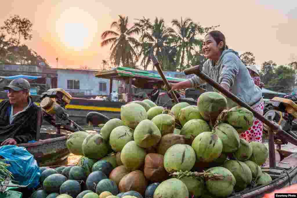 Gia đình Rivenbark thăm chợ nổi ở khu vực châu thổ sông Mekong.