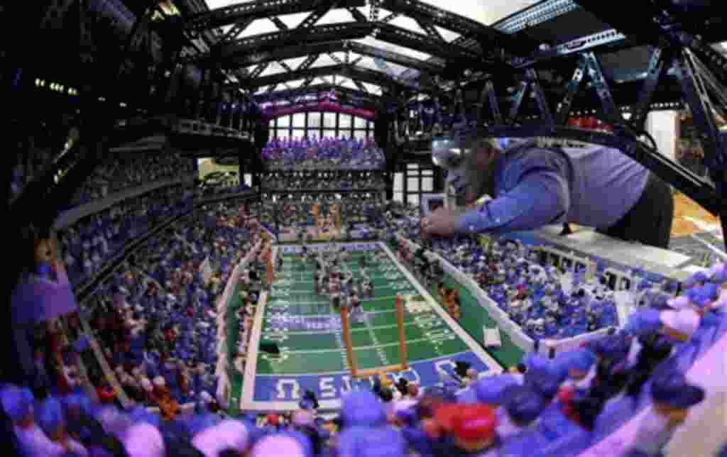 Brian Alano ajusta una de las piezas de su réplica a escala del estadio Lucas Oil. El artista trabajó en este proyecto hecho con 30.000 piezas de Lego por tres años.