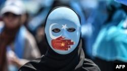 Turkiyaning Istanbul shahrida uyg'urlar himoyasi uchun o'tkazilgan namoyish ishtirokchisi, 2018-yil, 5-iyul.