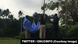 Fin de Mission de l'ONUCI, descente du drapeau à son siège de Sebrokro, près du quartier du Plateau, en présence du ministre ivoirien de l'Intérieur, Ahmed Bakayoko, à Abidjan, Côte d'Ivoire, 29 juin 2016. (TWITTER/ONUCINFO)