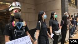 """香港島""""中西合璧""""五校聯校人鏈,大批學生及校友9月9日早上7:30左右上課前,在學校附近的行人路築成人鏈,表達五大訴求,缺一不可。(攝影: 美國之音湯惠芸)"""