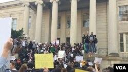 华盛顿近郊马里兰州洛克韦尔市一所高中的学生走出校园,在一座法院大楼的台阶集会,抗议川普当选美国总统。(2016年11月16日)