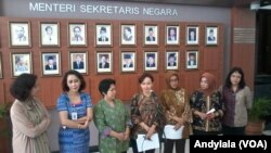 Jubir Pansel KPK Betty Alisjahbana berbicara di Sekretariat Negara Jakarta, Selasa, 26 Mei 2015 (Foto: VOA/Andylala)