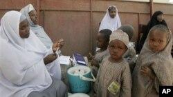 Petugas kesehatan bersiap memberikan vaksin polio pada anak-anak di Kano, Nigeria. (Foto: Dok)