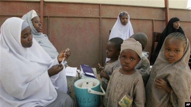 Les agents de santé se préparant à administrer le vaccin contre la polio aux enfants de Kano, au Nigeria, jeudi 27 novembre 2008.
