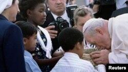 Le pape Jean-Paul II à son arrivée à l'aéroport international de Johannesburg, le 16 septembre 1995, au début de sa première visite officielle dans le pays.