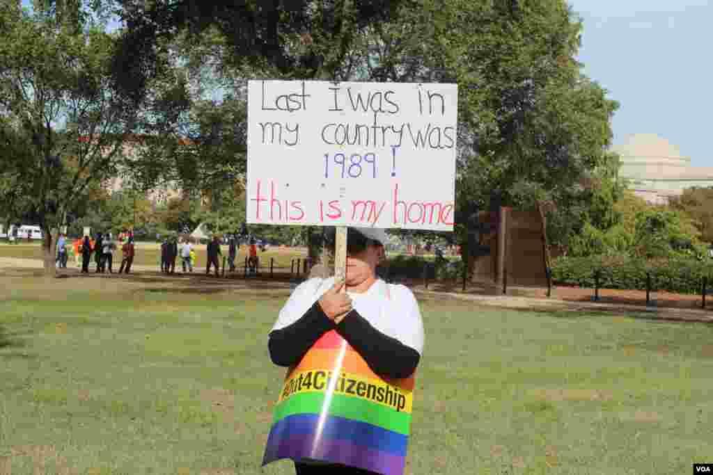 """Los llamados soñadores o """"dreamers"""" también participaron de la jornada por la reforma. Esta joven porta un cartel donde dice que toda su vida ha estado en EE.UU."""