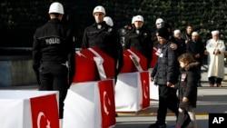 Turquía declaró hoy un día de duelo nacional por el doble atentado que el Gobierno atribuye al PKK, aunque hasta el momento la guerrilla kurda no se ha atribuido el ataque.