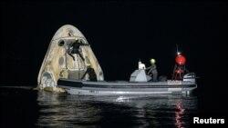Kapsula Kru Dragon kompanije Spejseks po sletanju blizu obale Floride