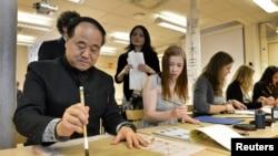 莫言2012年12月7号在斯德哥尔摩一所中学展示中国书法