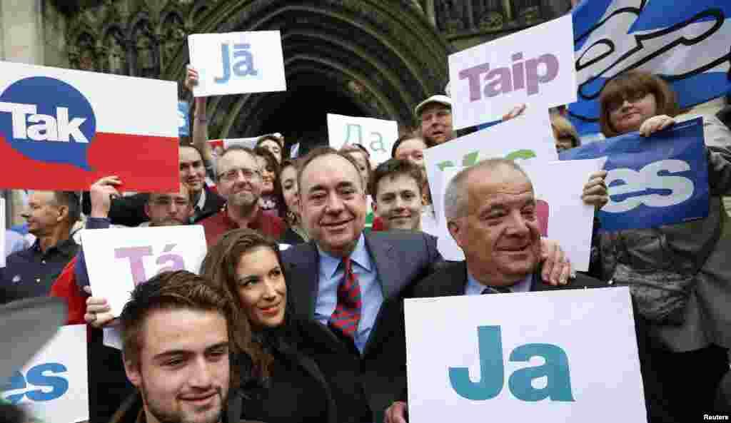 عکس یادگاری الکس سموند، وزیر اول دولت محلی اسکاتلند (وسط)، در کنار هواداران کارزار «آری» - ادینبورو، ۲۰ شهریور ۱۳۹۳