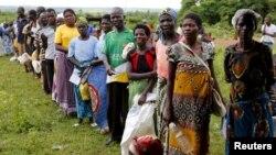 Warga Malawi antri untuk mendapatkan bantuan pangan dari WFP di desa Mzumazi pinggiran ibukota Lilongwe, awal bulan ini (foto: dok).