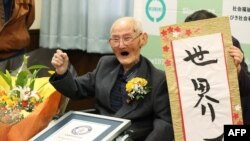 Chitetsu Watanabe saat menerima sertifikat sebagai lelaki tertua di dunia dari Guinness World Records, 12 Februari 2020. (Foto: dok).