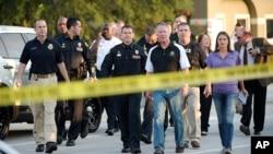奧蘭多市長戴爾 (中) 與奧蘭多警察總監米納 (中左) 在槍擊案後前往新聞發佈會現場