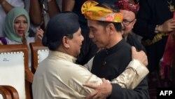 Prabowo Subianto (kiri) dan Joko Widodo berpelukan dalam deklarasi Kampanye Damai di Jakarta, 23 September 2018 (foto: dok).