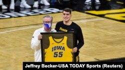 Nakon Luke Garze (na fotografiji sa trenerom Fran McCafferyem), nijedan igrač Iowa Hawkeyesa neće nositi broj 55, 07.03.2021.