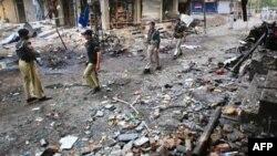 Binh sĩ Pakistan tại hiện trường sau vụ nổ bom kép tại Peshawar, ngày 11/6/2011