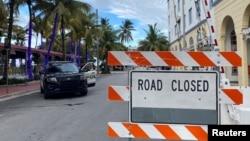 Policia fillon mbylljen e rrugëve në orën 8 të darkës në Miami Beach, Florida