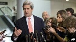 19일 미 상원 외교위원회에서 리비아 미국 영사관 피습사건 관련 비공개 청문회가 열린 가운데, 청문회 직후 기자들의 질문에 답하는 존 케리 외교위원장.